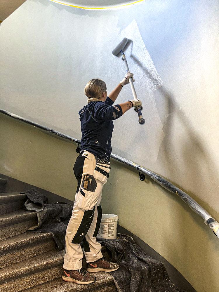 Floreas Bygg målar om trapphus på Garverigatan i Göteborg.