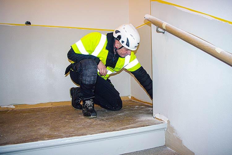 Förberedelser inför mattläggning på våningsplan.