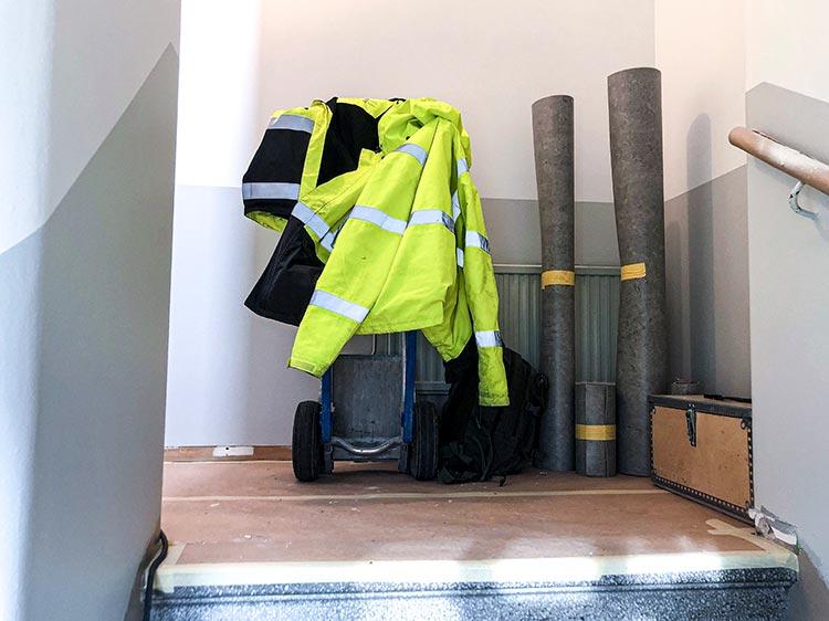 Förberedelser inför mattläggning i trapphus på Landerigatan.