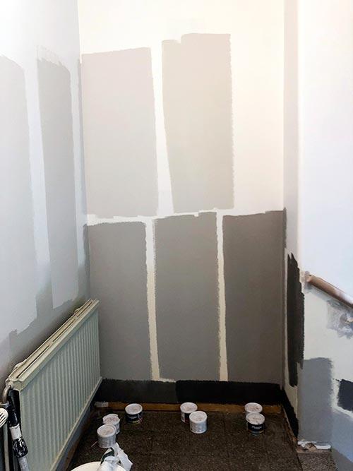 Här testar vi olika färgkulörer för ommålning av trapphusen på Landerigatan.